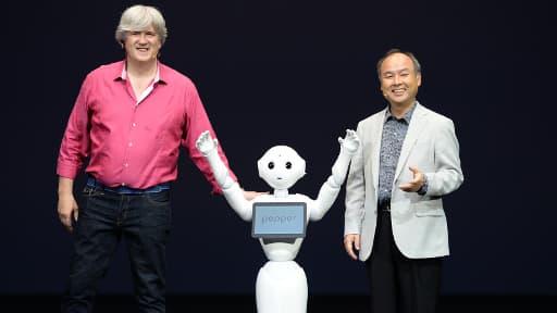 Le robot Pepper, entouré des présidents d'Aldebaran et de Softbank.