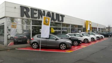 Avec sa marque low-cost Dacia, Renault a pu s'adresser à des acheteurs qui n'auraient pas les moyens de s'offrir un véhicule neuf.