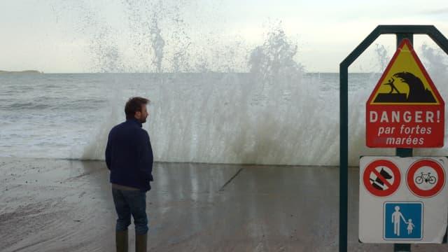 Un homme regarde la mer à Saint Malo, le 3 mars 2014