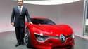 """Carlos Ghosn présente un prototype de voiture électrique au Mondial de l'automobile. Le PDG de Renault affirme que le constructeur français a suivi """"les processus habituels"""" en gardant secrète l'enquête interne sur des accusations d'espionnage qui donnent"""