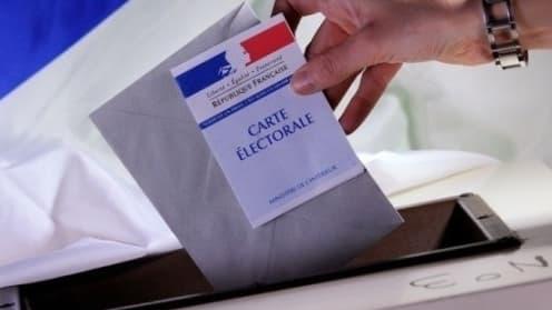 Une urne et une carte électorale