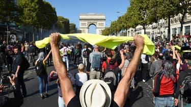 Des manifestants sur les Champs-Elyséses