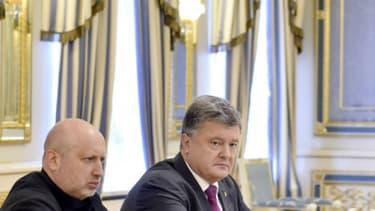 Le président ukrainien à KIev le 11 août 2016 lors de la réunion où il a ordonné à ses troupes de se mettre en état d'alerte en Crimée.