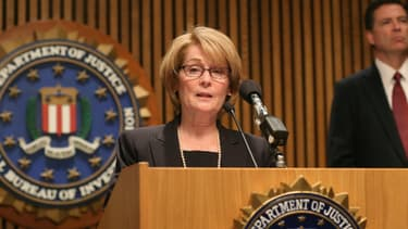 Kathryn McKay Turman, responsable de l'assistance aux victimes au FBI, et James Comey, directeur de l'agence, lundi.