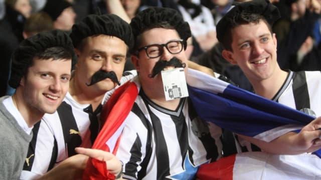 Les supporters de Newcastle rendent hommage à leurs joueurs français