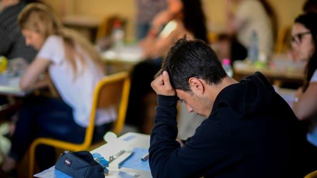 Des lycéens planchent pour l'épreuve de philosophie en juin 2017 à Paris (photo d'illustration)