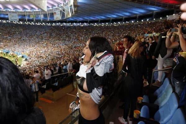 Rihanna enlève le haut