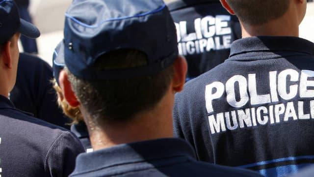 Des policiers municipaux niçois assistent à une cérémonie en l'honneur des services de sécurité, en juin 2011
