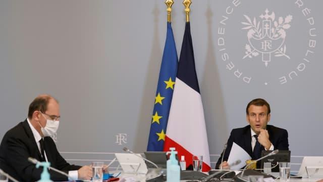 Le Premier ministre Jean Castex et le président Emmanuel Macron lors d'une visioconférence le 17 novembre 2020 à l'Elysée à Paris