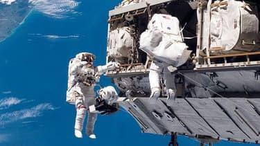 Les deux astronautes de l'ISS en pleine sortie dans l'espace.