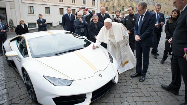 Après la prière, une signature qui vaut de l'or.