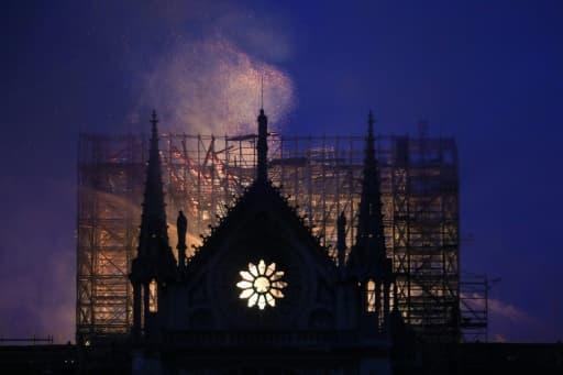 La flèche de Notre-Dame s'effondre, à Paris le 15 avril 2019