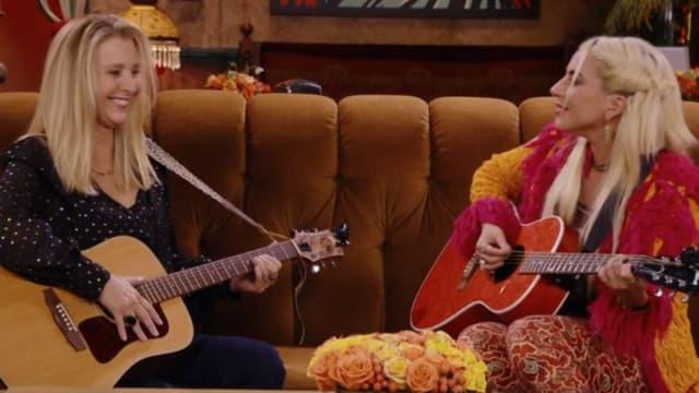Lisa Kudrow et Lady Gaga dans l'épisode spécial de Friends.