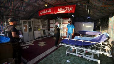 Le personnel médical en train de trier du matériel dans une tente médicalisée située place Tahrir à Bagdad en octobre 2020 (Photo d'illustration).