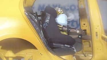 L'airbag se déclenche et accompagne le mouvement du cou pour diminuer le risque de lésions.