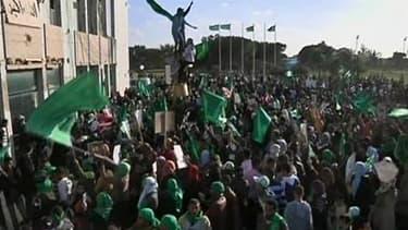 Des milliers de Libyens ont pénétré samedi dans le camp militaire de Mouammar Kadhafi à Tripoli, formant un bouclier humain contre d'éventuelles frappes de la coalition occidentale. Des Libyens de tous les milieux se sont dirigés vers Bab al Azizia, la ba