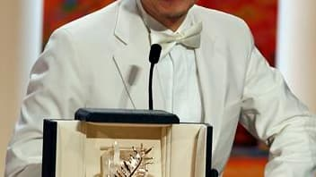 """Le cinéaste thaïlandais Apitchatpong Weerasetakhul (photo) a déjoué les pronostics de la presse dimanche en remportant la Palme d'or du 63e Festival de Cannes, tandis qu'un film français, """"Des hommes et des dieux"""", de Xavier Beauvois, s'octroie à nouveau"""