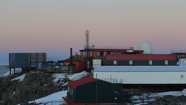 La base scientifique française Dumont-d'Urville située sur l'île des Pétrels, en terre Adélie, en Antarctique, photographiée en 2020