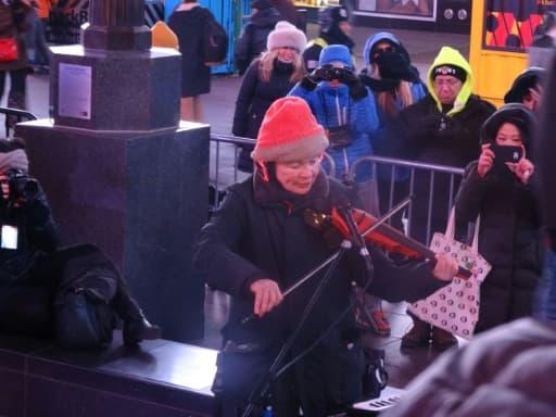 L'artiste Laurie Anderson joue au violon électronique lors d'un concert pour chiens à Times Square à New York le 4 janvier 2016