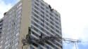 L'antenne radio lourde de deux tonnes étaient encore accrochée vendredi à l'immeuble