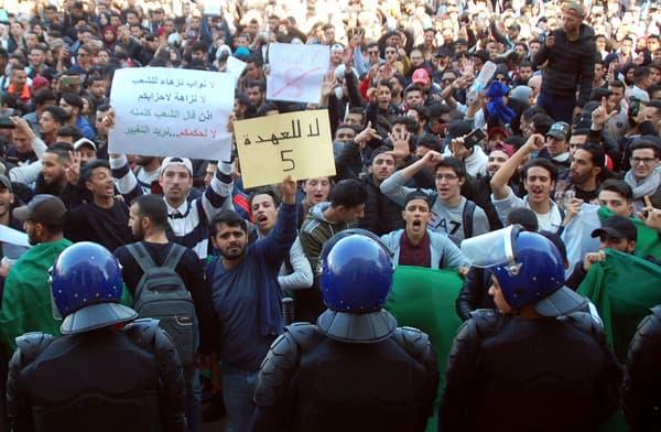 Des étudiants rassemblés contre la candidature d'Abdelaziz Bouteflika à Oran, le 26 février 2019.