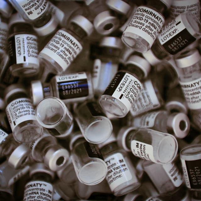 EN DIRECT - en France, 20% de la population majeure a désormais reçu deux doses de vaccin