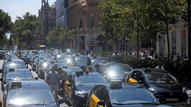 À Barcelone, des centaines de taxis noir et jaune ont occupé jour et nuit depuis une semaine la Gran Via, l'une des principales artères de la ville.