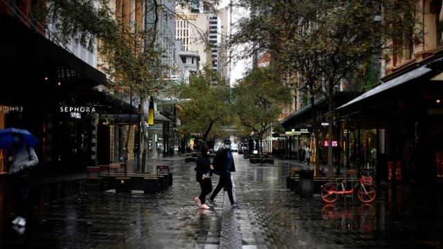 Des passants dans le quartier d'affaires désert de Sydney, le 28 juin 2021 en Australie (photo d'illustration)