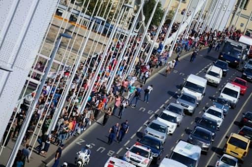 Plus d'un millier de migrants quittent à pied la zone de transit de la gare principale de Budapest pour rejoindre la frontière autrichienne, le 4 Septembre 2015