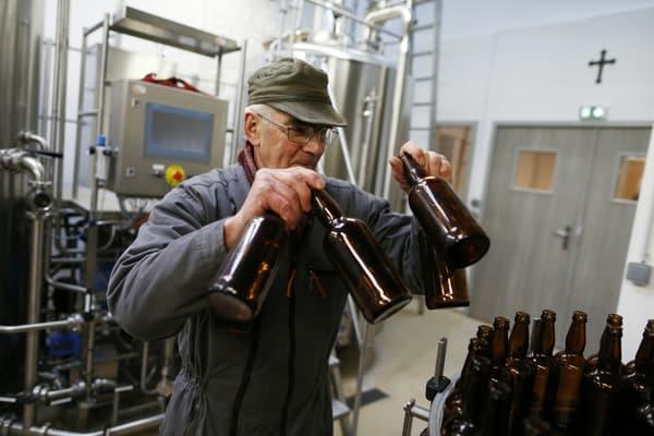 Un homme travaille dans la brasserie de l'abbaye Saint-Wandrille