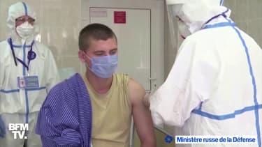 Un volontaire se fait inoculer le vaccin russe contre le Covid-19