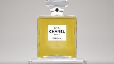 Chanel N°5, sans doute le parfum le plus célèbre du monde, révèle une partie de ses secrets dans une exposition qui s'ouvre dimanche à Paris au palais de Tokyo. L'exposition retrace l'histoire du parfum depuis sa création par Mademoiselle Chanel en 1921 à