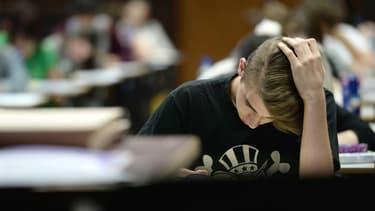 Un élève planche sur une épreuve du baccalauréat, le 16 juin 2015.