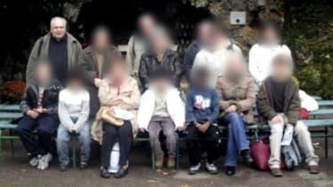 Le père Preynat (en haut à gauche) en visite à Lourdes avec un groupe d'adolescents.