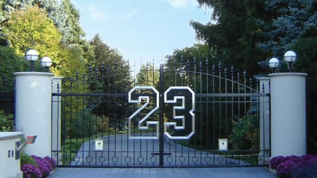 Le portail d'entrée qui porte le numéro 23