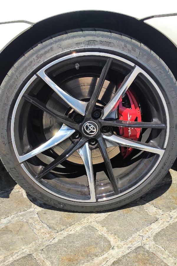 La monte pneumatique, à base de Michelin Pilot Super Sport, participe grandement aussi au dynamisme de l'auto, offrant à la fois grip et liberté de mouvement.