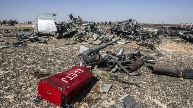Des débris de l'avion qui s'est disloqué en plein vol, samedi, au-dessus du Sinaï.