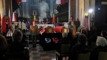 """Hommage des Polonais à Lech Kaczynski et son épouse Maria dans la cathédrale de Varsovie. Le couple présidentiel sera inhumé ce dimanche dans une crypte du """"Panthéon"""" du Wawel, la cathédrale de Cracovie, dans le sud du pays, où reposent traditionnellement"""