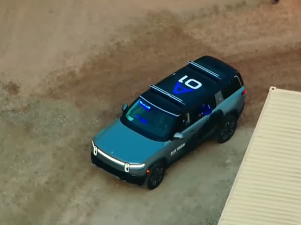 Le SUV de Rivian se reconnaît notamment avec sa signature lumineuse à l'avant.