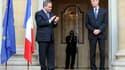 Le ministre du Travail sortant Eric Woerth (à droite) et son successeur Xavier Bertrand. Le gouvernement a exprimé son soutien à Eric Woerth au moment de son départ, avant une possible relance de l'enquête concernant l'héritière de L'Oréal Liliane Bettenc