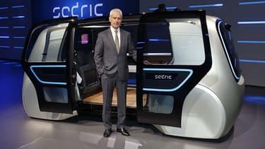 Portes latérales, roues cachées, armada de capteurs, radars et lidars, voici Sedric, le concept autonome du groupe VW et Matthias Müller, le PDG du groupe Volkswagen.