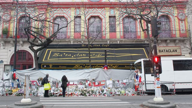 Le Bataclan, devant lequel des fleurs ont été déposées, le 13 décembre 2015.