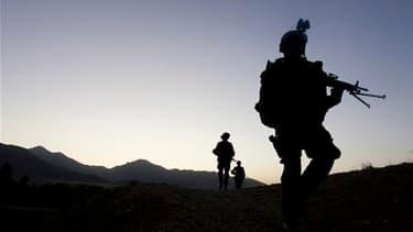 Patrouille conjointe de militaires français (à droite), afghans et américains dans le centre de l'Afghanistan. Nicolas Sarkozy a réaffirmé l'engagement de la France en Afghanistan, dans un hommage rendu à deux militaires du régiment de Fréjus tués lundi d