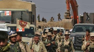 Des peshmergas kurdes à 10 kilomètres au nord-est de Mossoul, en Irak.