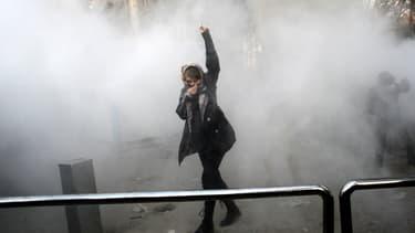 Une jeune femme manifeste devant l'université de Téhéran, en Iran, le 30 décembre 2017