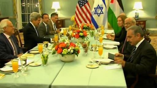 La ministre israélienne de la Justice Tzipi Livni a la même table que le négociateur en chef palestinien Saëb Erakat (premier plan à droite)pour le dîner de rupture de jeûne du ramadan, l'iftar, offert par le secrétaire d'État américain John Kerry.