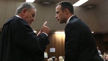 Oscar Pistorius parle à son avocat Barry Roux le 5 mars, au tribunal, à Pretoria.