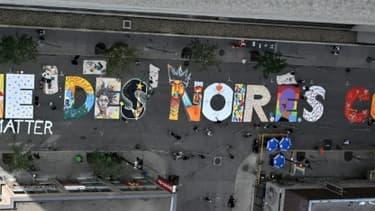 Une fresque géante en soutien au mouvement Black Lives Matter est érigée pour la première fois en Français, à Montréal, Québec, le 15 juillet 2020