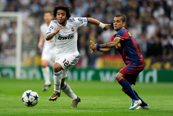 Marcelo (à gauche) et Dani Alves en 2011 avec le Real Madrid et le Barça