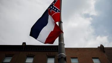 Le drapeau de l'Etat américain du Mississippi, photographié le 24 juillet 2016 lors d'une manifestation à Philadelphie